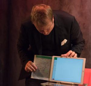 Alex Now, der iPad Zauberer aus Berlin zieht eine Google Maps Karte aus seinem Ipad Pro